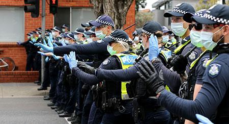 Eine Reihe von Polizisten während eines Freiheitsprotestes am 18.September 2021 in Melbourne, Australien