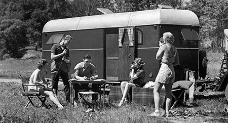 Image d'archive des années1930 d'amis en camping et à la pêche